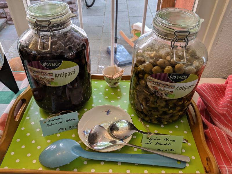 Oliven zum Abfüllen im Unverpackt Laden Frankfurt