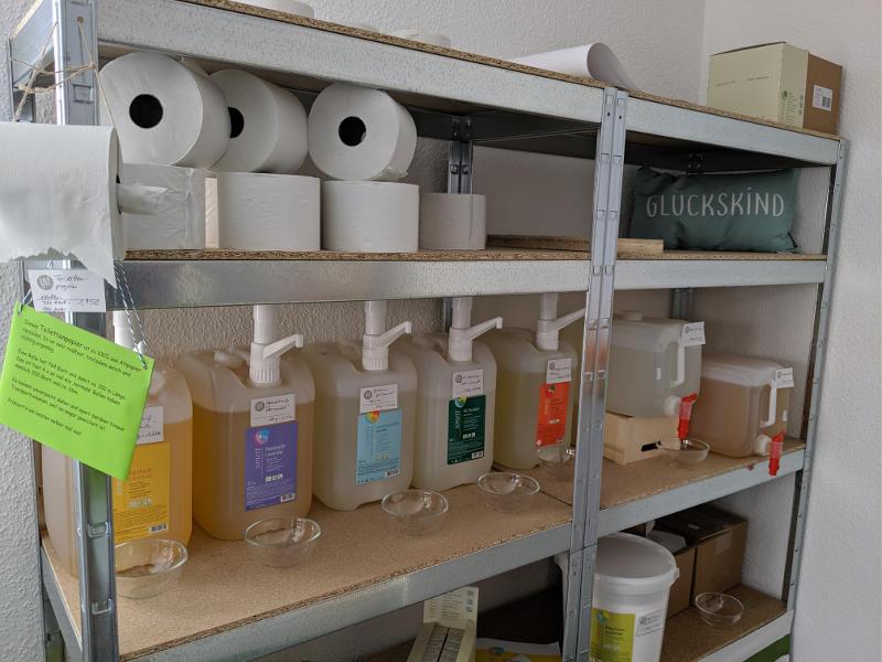 Waschmittel, Haushaltsreiniger und Toilettenpapier im Unverpackt Laden Frankfurt