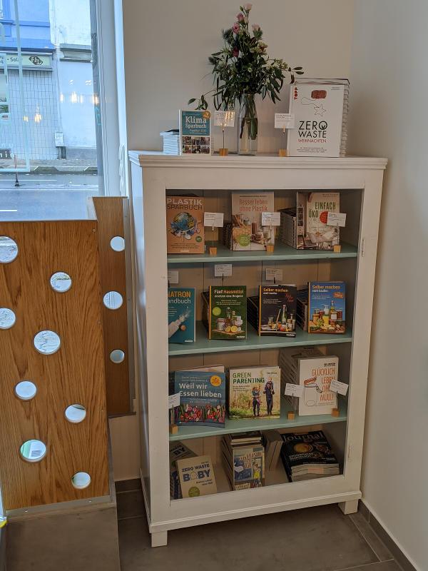 Bücherregal in der Auffüllerei