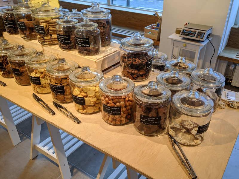 Schokolade und Kekse in Bonbongläsern