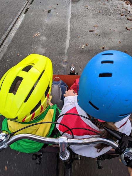 Kinder im Lastenrad auf dem Weg zur Schule