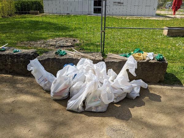 Müllsäcke beim Cleanup im Tiroler Park
