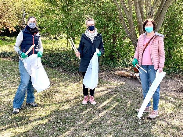Pia, Ankathrin und Sandra beim Cleanup im Tiroler Park